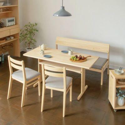 無垢の家具に囲まれる、心地良いダイニングルーム<br>ソファ C2.2(撥水グレー)/ Dチェア basic color(撥水グレー)<br>ダイニングテーブル T140 / キッチンボードB80(utility)<br>オープンワゴン ハイ