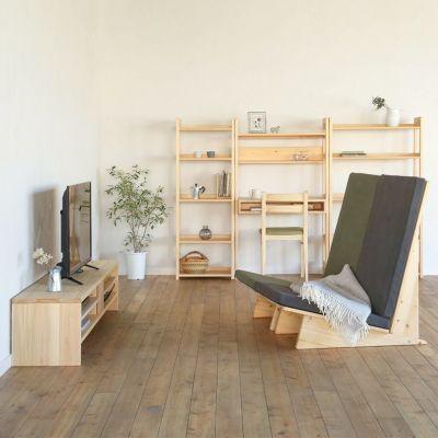 無垢の家具に囲まれる、心地よいリビング<br>テレビボード N180 / ソファ Z1(カーキ、チャコール)<br>デスクラック 80 / Dチェア basic color(オリーブグリーン)<br>オープンラック 50 / オープンラック 80