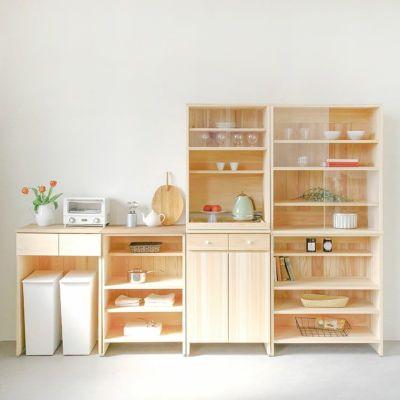 一部カウンターでワードローブ風に<br>キッチンカウンター C60(草木染め)<br>キッチンカウンター B60(くるみ)<br> キッチンボード A60(utility)/ キッチンボード C80(cupboard)