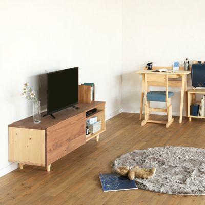 家族で過ごすリビングの中心に<br>テレビボード C150 / コの字ブックエンド(アンティーク)<br>nvovoデスク A80(アッシュ)<br>2本脚チェア basic color(ソラ)/ ハシゴ